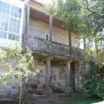 Balcón galería de piedra visto desde el jardín de La Casa de Don Alfonso en Cerdedo
