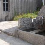 Fuente de piedra en frente de La Casa de Don Alfonso en Cerdedo