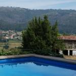 Vistas del valle de Quireza desde la piscina de La Casa de Don Alfonso en Cerdedo