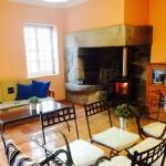 Salón-cocina-comedor con chimenea de Casa de Tambo en Samieira, Pontevedra
