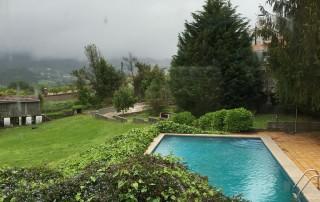 Piscina de La Casa de Don Alfonso (turismo rural Cerdedo) lloviendo