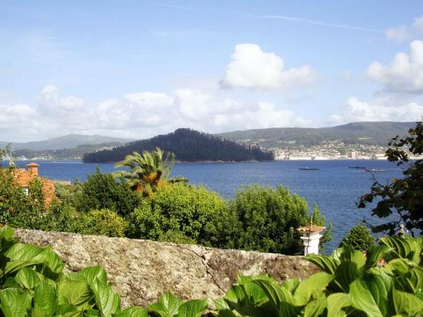 Las Casitas de Samieira con vistas a la Isla de Tambo en la ría de Pontevedra