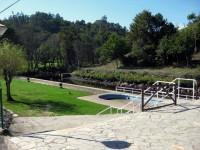 Playa fluvial de Cerdedo cerca de La Casa de Don Alfonso, tiene piscina para niños, cafetería, merenderos y área de recreo