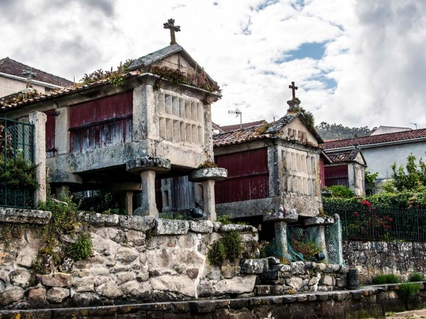 Combarro está declarado como Sitio Histórico por sus hórreos.